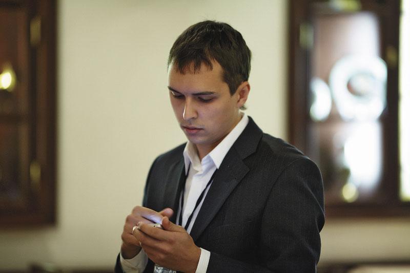 По мнению генерального директора компании «Секвения» Дениса Балуева, преимуществом мобильного оффлайнприложения над мобильной версией сайта является возможность получения точного местоположения пользователя, хранение и доступ к информации даже в режиме офлайн, различная работа с графикой и видео