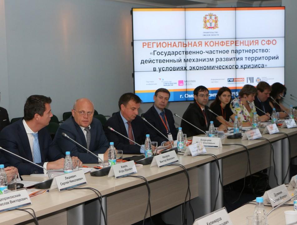 Глава Омской области Виктор Назаров (второй слева) считает, что со вступлением в силу федерального закона о ГЧП наступит новый виток в отношениях власти и бизнеса.