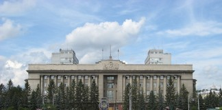 Несмотря на снижение запланированных доходов по ряду источников, правительство Красноярского края (резиденция - на фото) приняло решение скорректировать региональный бюджет на 6,9 млрд. руб. в сторону увеличения как расходов, так и доходов.
