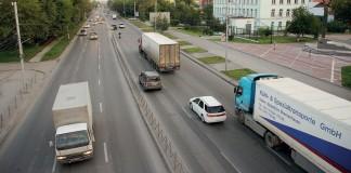 Хотя въезд в Новосибирск для большегрузов был ограничен из-за рекордной жары, специалист ФКУ «Сибуправтодор» пообещал предпринимателю открыть его машинам путь в город за 730 тыс. руб.
