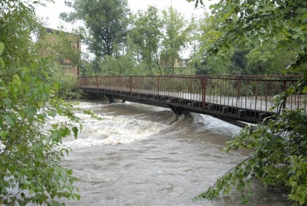 ОАО «Сибмост» выиграло право соорудить защитные дамбы на реке Майма в республике Алтай. На фото - разлив Маймы в районе Горно-Алтайска во время наводнения в августе 2013 года.