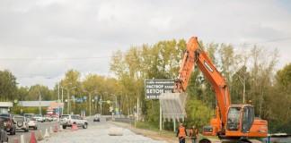 Сотрудники компании-подрядчика, ООО «СоюзДорСтрой», уже начали готовить участок Мочищенского шоссе к реконструкции.