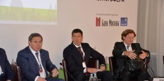 Представитель топ-менеджмента Банка ВТБ Михаил Осеевский (в центре справа) принял участие в урбанистической конференции, которую также посетил губернатор НСО Владимир Городецкий (в центре, слева).