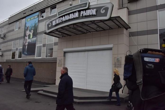 Попытка Геннадия Зюганова зайти в здание рынка и ознакомиться с ценами, чтобы понять, как живут иркутяне, неожиданно спровоцировала закрытие предприятия с покупателями внутри.