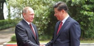 При подписании соглашения между Банком ВТБ и Государственного Банка Развития Китая присутствовали президент РФ Владимир Путин и председатель КНР Си Цзиньпин (справа).