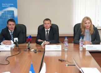 Член правления ВТБ Чаба Зентаи (слева) представил новосибирским сотрудникам ВТБ в Новосибирске нового главу местного операционного офиса.