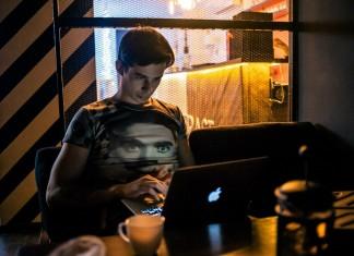 Основатель сети кофеен Coffee Space Алексей Корнелюк (на фото) решил попробовать свои силы в сегменте кальянных. Бизнесмен рассчитывает на дальнейшее тиражирование проекта и создание на его базе сети. Окупить первоначальные вложения планируется за полгода-год.