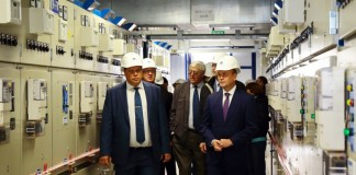 Врио губернатора Иркутской области Сергей Ерощенко (передний план, справа) убеждён, что мощности новой подстанции, кроме прочего, сделают возможным строительство нового международного аэропорта в Иркутске.