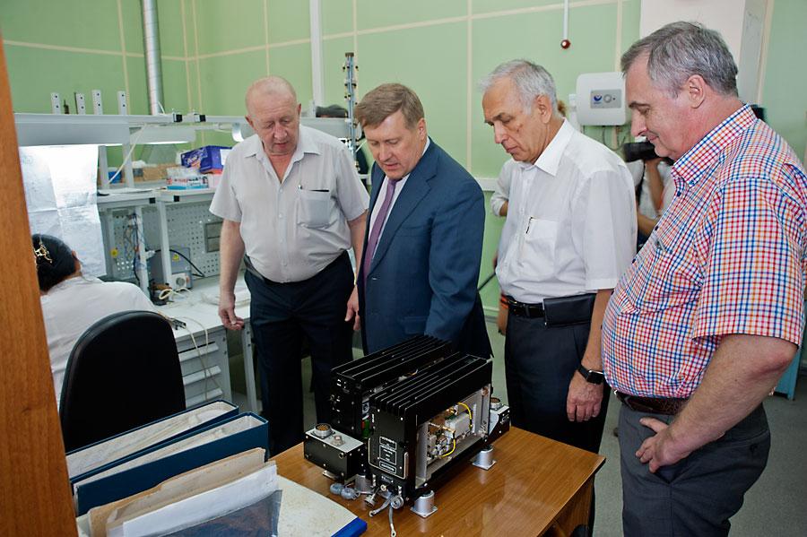Анатолий Локоть ознакомился с новой линейкой продукции завода «Электросигнал»