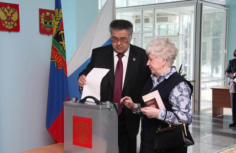 Врио губернатора Кемеровской области Аман Тулеев сумел остаться монопольным фаворитом избирательной гонки при весьма значительной явке избирателей.