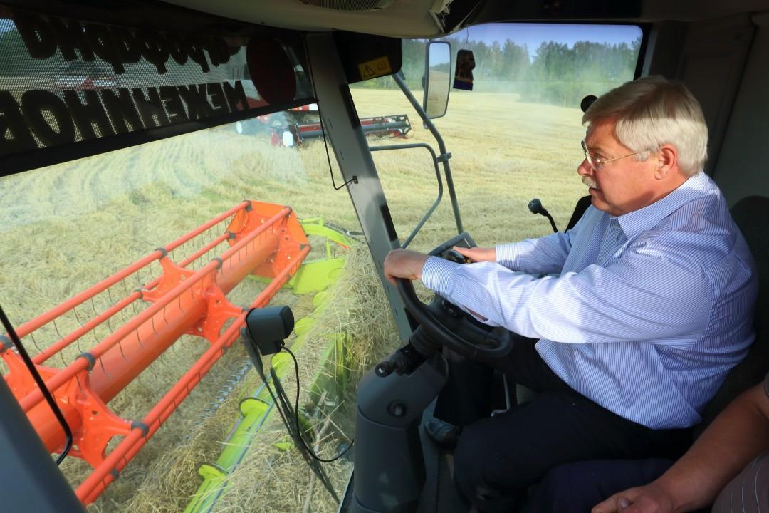 Глава Томской области Сергей Жвачкин продемонстрировал, что не растерялся бы даже за штурвалом зерноуборочного комбайна.