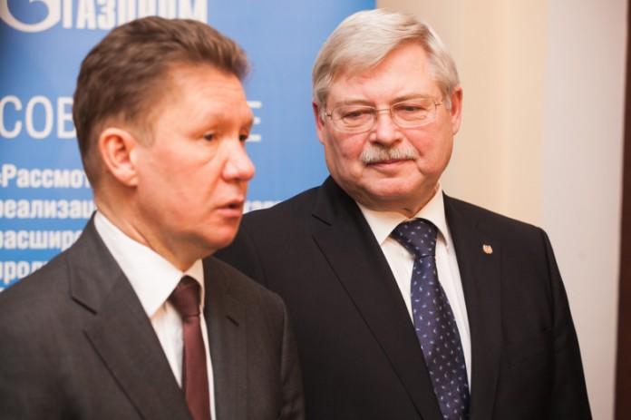 Глава ПАО «Газпром» Алексей Миллер (слева) от лица возглавляемой им корпорации разместил многолетний заказ на производство импортозамещающей продукции на двух предприятиях Томской области.