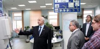 Экскурсию по территории НПО «МИР» для Шафика Мухсина (в центрально-правой части снимка) провёл гендиректор предприятия Александр Беляев (в центре).