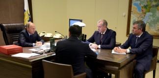 Президент РФ провёл в Сочи рабочую встречу с новоизбранными губернаторами. Слева направо: Владимир Путин, Дмитрий Кобылкин (запечатлён со спины), Сергей Левченко, Вячеслав Володин.