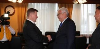 Мэры Новосибирска и Улан-Батора, Анатолий Локоть (слева) и Эрдэнийн Бат-Уул подписали побратимское отношение между двумя городами, в рамках которого муниципалитеты будут взаимодействовать в вопросах ЖКХ, градостроительства и некоторых других.