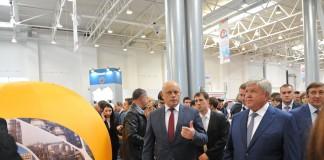Губернатор Омской области Виктор Назаров (передний план, слева) и полпред президента в СФО Николай Рогожкин убеждены, что выставка «ВТТА-Омск-2015» будет полезна властям, учёным и, что самое главное - представителям бизнеса.