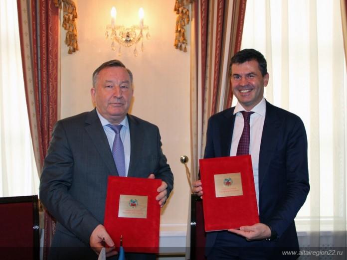 Губернатор Алтайского края Александр Карлин подписал соглашение о сотрудничестве с главой Фонда развития промышленности Алексеем Комиссаровым (справа).