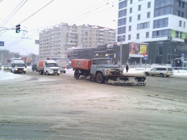 Для уборки снега на новосибирских улицах технике пришлось выйти на работу несмотря на плотный дневной трафик.