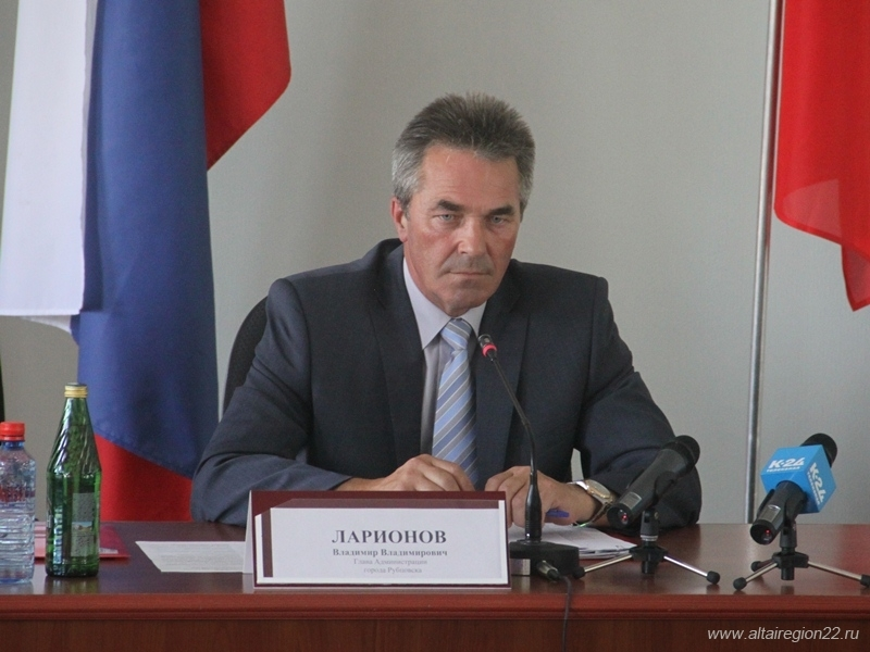 Главу рубцовской райадминистрации заподозрили в превышении полномочий за передачу муниципального жилья в собственность подчинённой.