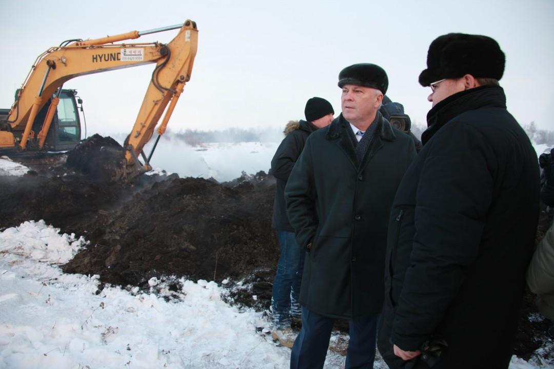 Глава Бурятии Вячеслав Наговицын (второй справа) контролирует ход тушения торфяников в Кабанском районе республики.
