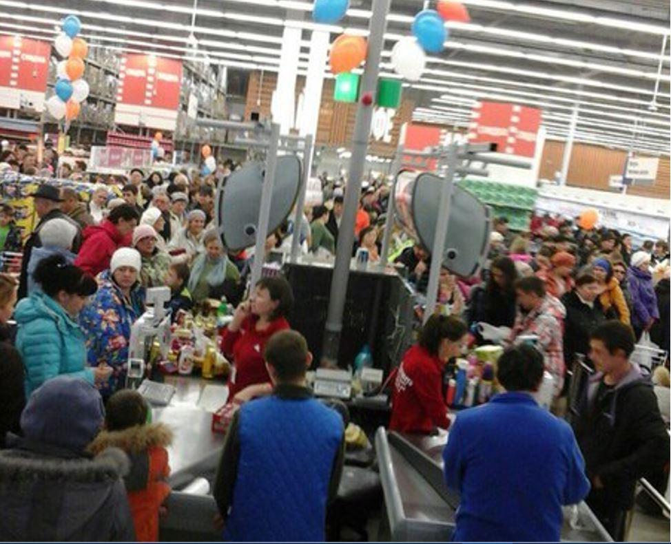 Открытие гипермаркета «Гигант» спровоцировало дорожные пробки и образование толпы в самом гипермаркете.