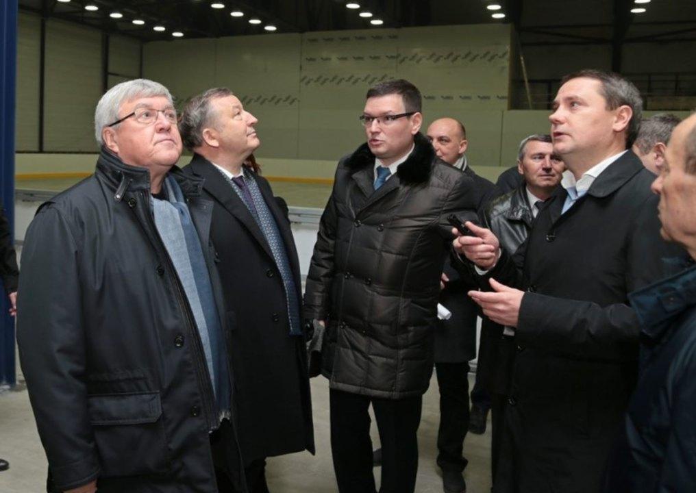 Полпред Николай Рогожкин (слева) и губернатор Алтайского края Александр Карлин (второй слева) побывали на недостроенном спортивном объекте - возводимом по эксклюзивному проекту крытом ледовом стадионе в Барнауле.