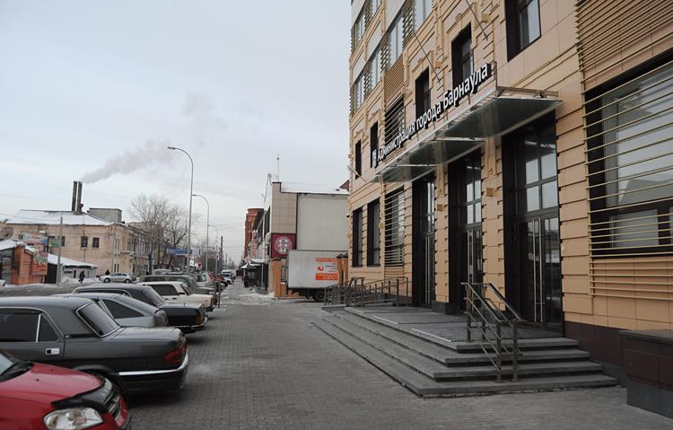 Администрация города Барнаула с нынешнего года снова будет работать лишь с одним градоначальником, а не с двумя, как было ещё недавно.