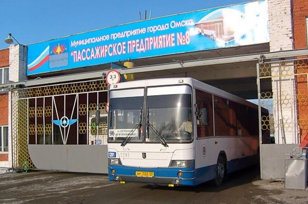 Из-за долгов муниципальных компаний перед поставщиком топлива, на улицы Омска с каждым днём выходит всё меньше автобусов.