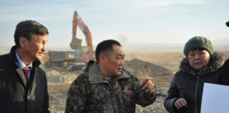Глава республики Тува Шолбан Кара-оол (в центре) держит руку на пульсе строительства нового предприятия.
