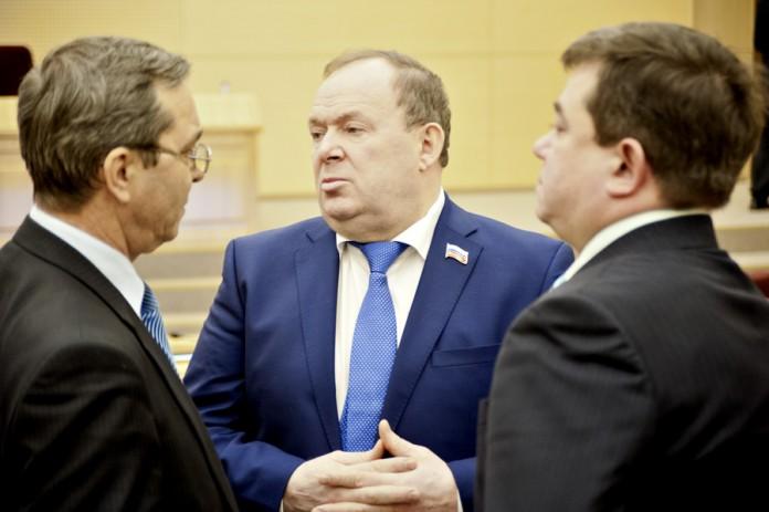 Владимир Лаптев (в центре)