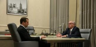 Глава республики Алтай Александр Бердников (справа) встретился с премьер-министром РФ Дмитрием Медведевым.