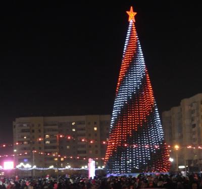 Высота ёлки, подаренной Братску компанией «Русал», составляет 23 м вместе с подиумом.