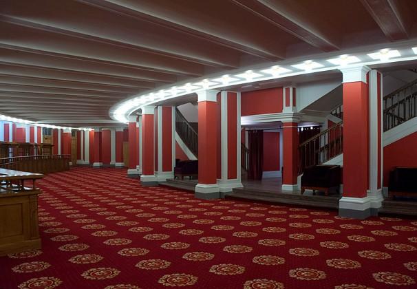 Интерьер фойе первого этажа НОВАТа после ремонта.
