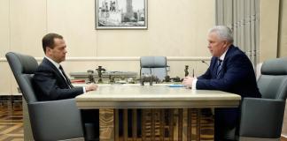 Глава Бурятии Вячеслав Наговицын (справа) после встречи с премьер-министром Дмитрием Медведевым сделал ряд поручений региональному правительству.