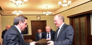 Губернатор НСО Владимир Городецкий (слева) и генеральный директор ОАО «Новосибирскнефтегаз» Сергей Королёв подписали соглашение о сотрудничестве.