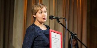 Руководитель отдела маркетинга, PR и рекламы новосибирского отеля River Park Анна Любарская получила награду от сервиса отзывов Flamp компании 2ГИС