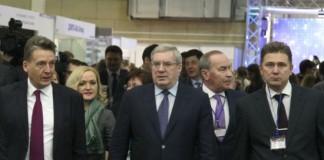 Губернатор Красноярского края Виктор Толоконский (в центре) принял деятельное участие в работе выставок и заседнии краевого минстроя.