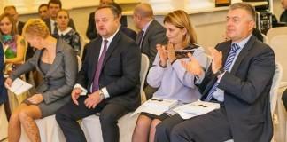 Глава марки Skoda в России Любомир Найман (на фото второй слева) доверил соучредителю «Альт-Парка» Дмитрию Новикову (на фото справа) право открыть в Новосибирске еще один дилерский центр Skoda. Фото компании «Альт-Парк»