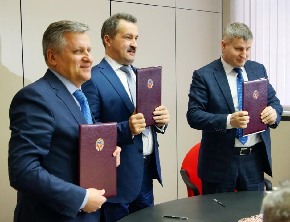 Слева-направо Сергей Криворученко Виктор Воробьев и Юрий Захаров