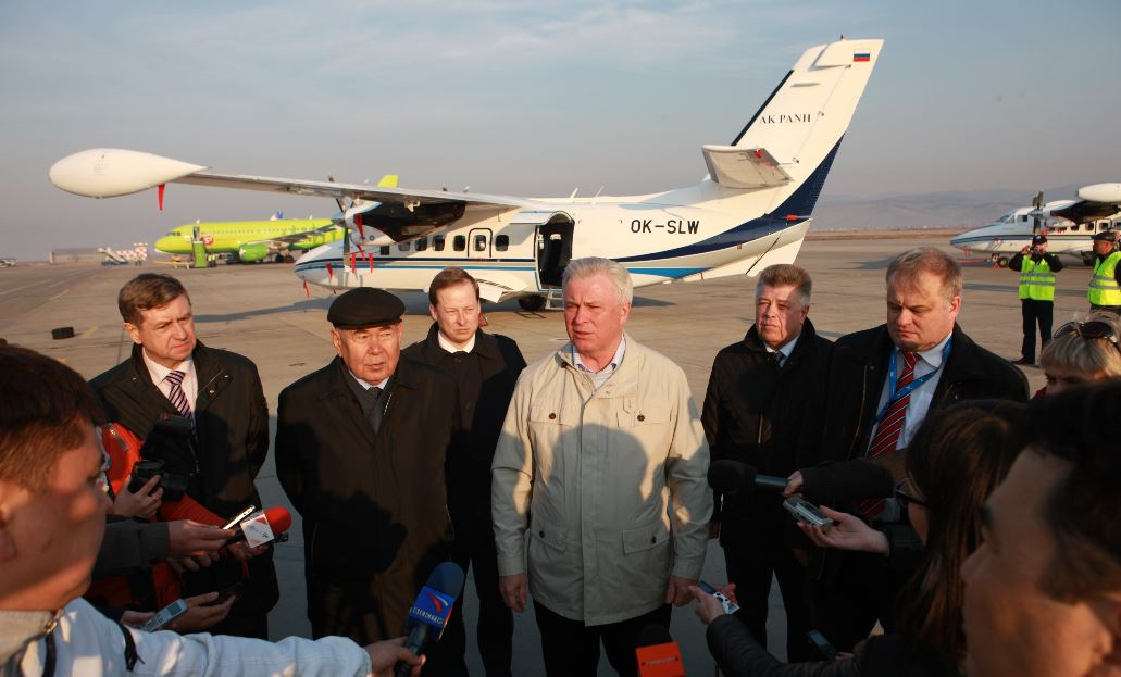 Глава Бурятии Вячеслав Наговицын (в центре) до конца 2016 года запретил бурятским чиновникам летать в командировки бизнес-классом.