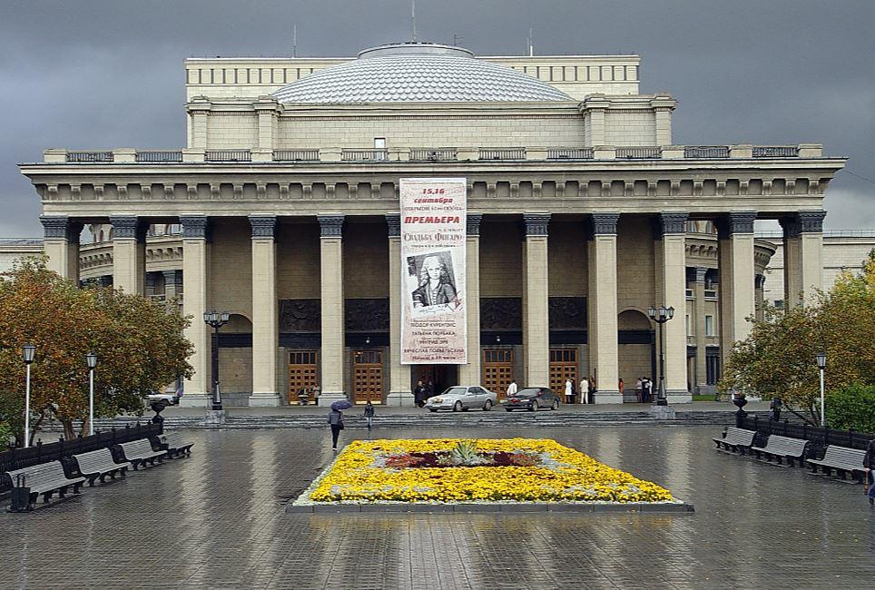 По предписанию управления по госохране объектов культурного наследия администрации НГАТОиБ предстоит демонтировать с фасада театра конкструкции для размещения афиш.