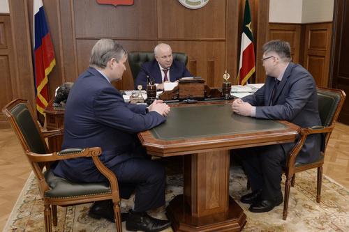 Глава Хакасии Виктор Зимин (в центре) провёл встречу с новым топ-менеджером АО «РУСАЛ Саяногорск» Евгением Поповым (справа) и его предшественником Антоном Савченко (слева).