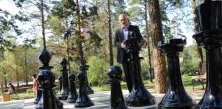 Константин Ильковский в шахматном парке Читы.