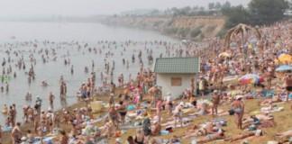 Формирование туристической инфраструктуры в г. Яровом происходит на фоне давно осознанной необходимости. На фото: пляж оз. Большое Яровое в туристический сезон.