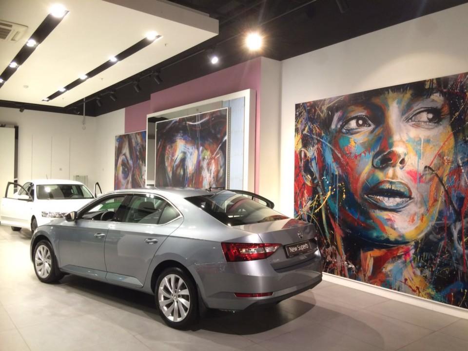 """В торговом центре """"Аура"""" автомобили теперь сочетаются с картинами современных художников. Фото компании """"Альт-Парк"""""""