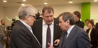 «НЭВЗ-Керамикс» Виктора Медведко (на фото слева) рассчитывает на интерес покупателей в странах БРИКС, ШОС и СНГ. Власти НСО (справа) готовы этому поспособствовать.