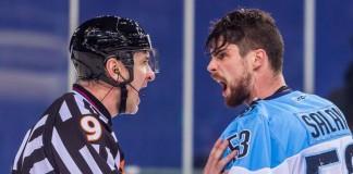 Вратарь ХК «Сибирь» Александр Салак (справа) поссорился с судьёй, в результате чего не сможет выйти на лёд в ближайших играх.