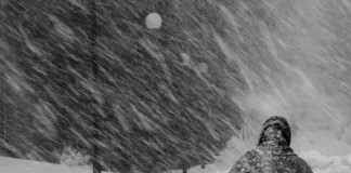 Из-за усиления ветра на фоне мокрого снега, Западно-Сибирский гидрометцентр предупреждает три региона о неблагоприятных условиях.