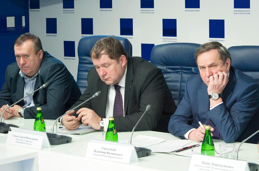 До «перезагрузки» Сергей Боярский (слева) был только министром строительства и подчинялся вице-губернатору Сергею Семке (в центре)