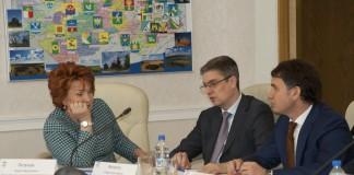Место Надежды Болтенко (слева) в президиуме новосибирского отделения ЕР занял Игорь Яковлев (в центре)